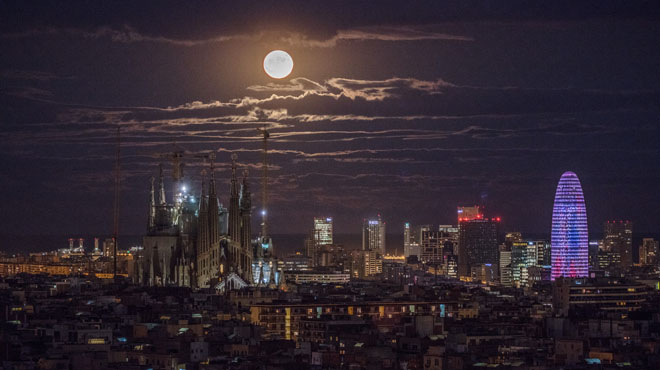 L'espectacle de la superlluna brilla atotel món. Els núvols que hi havia aBarcelona tampoc van deslluirel fenomen.