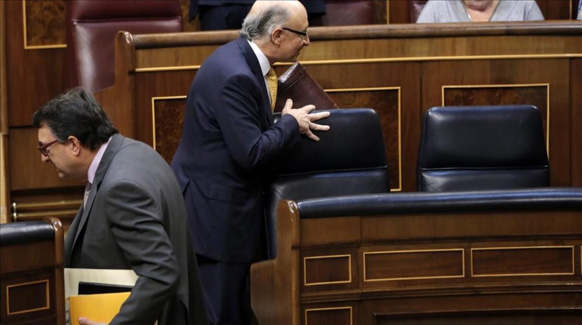 El portavoz del PNV en el Congreso, Aitor Esteban, y el ministro de Hacienda, Cristóbal Montoro, durante el reciente debate presupuestario.