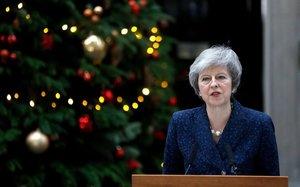 Theresa May se dirige a los medios a las puertas de Downing Street.