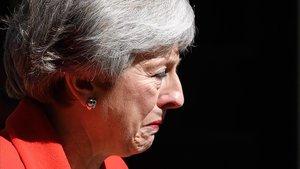 Theresa May, durante la rueda de prensa en la que ha anunciado su renuncia, este viernes.