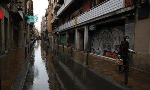 Tiendas de barrio cerradas en una calle del centro de Barcelona, el pasado 31 de marzo.