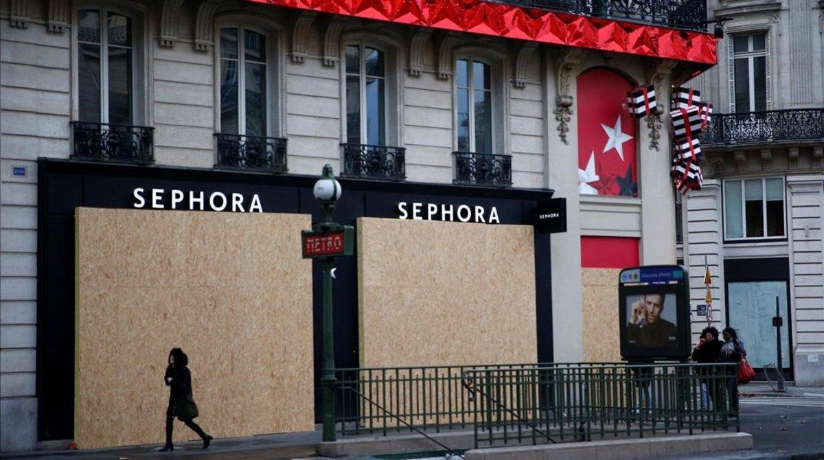 Tiendas tapiadas antes de la protesta de los chalecos amarillos en París.