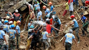 Equipos de socorristas sacan de la mina el cadáver de uno de los mineros víctimas del tifón Mangkhut.