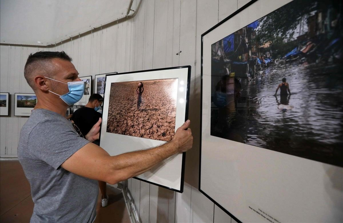 Un trabajador cuelga las fotos de la exposición Visa pour l'image en la localidad francesa de Perpiñán, este martes.