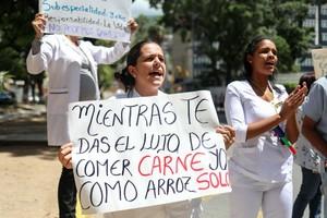 Cientos de trabajadores venezolanos protestaron contra las medidas economicas aplicadas por el jefe de Estado Nicolas Maduro.