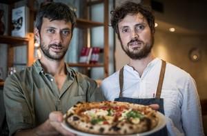Alessandro Zangrossi y Massimo Morbi, jefe de sala y pizzero de La Balmesina, respectivamente.