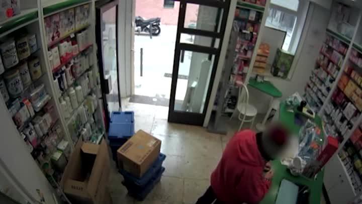 Una cámara de seguridad de la farmacia de L'Hospitalet de Llobregat graba el segundo atraco del ladrón.