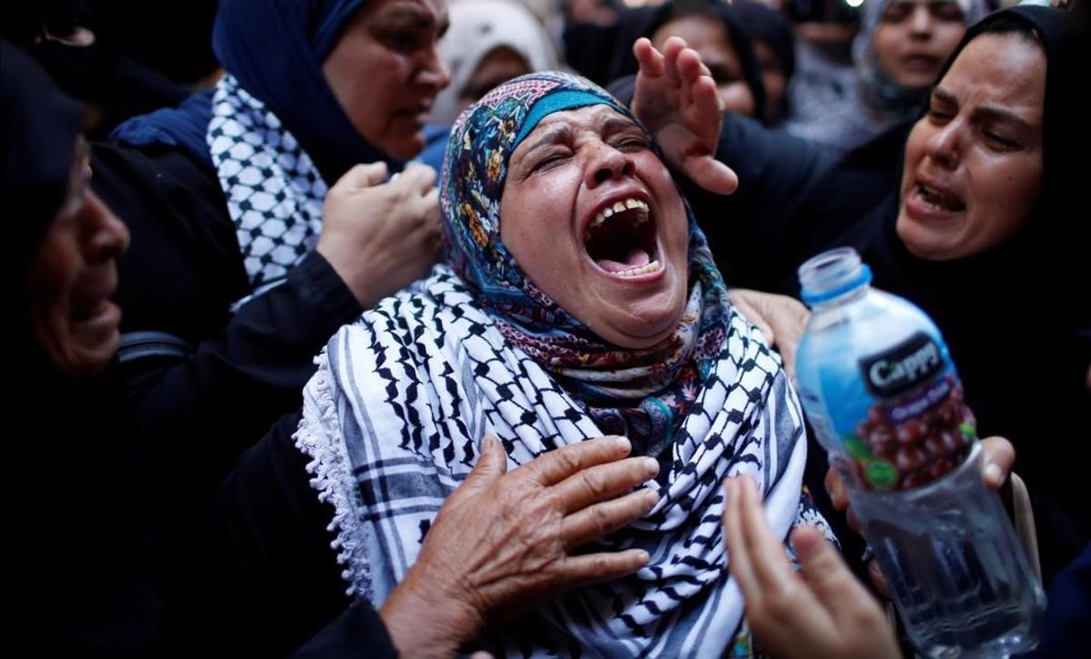 Una familiar de la joven abatida por el Ejército israelí muestra su desesperación.