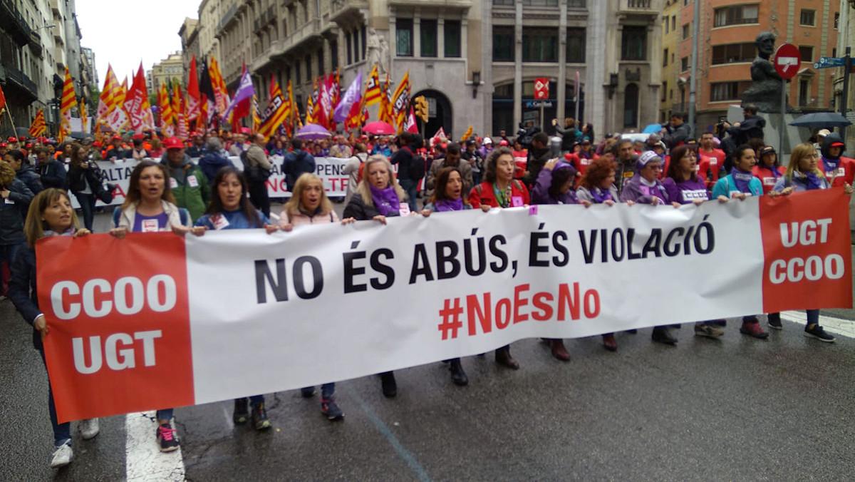 Una pancarta alusiva a la sentencia de la Manada protagoniza la cabecera de la manifestación en Barcelona.