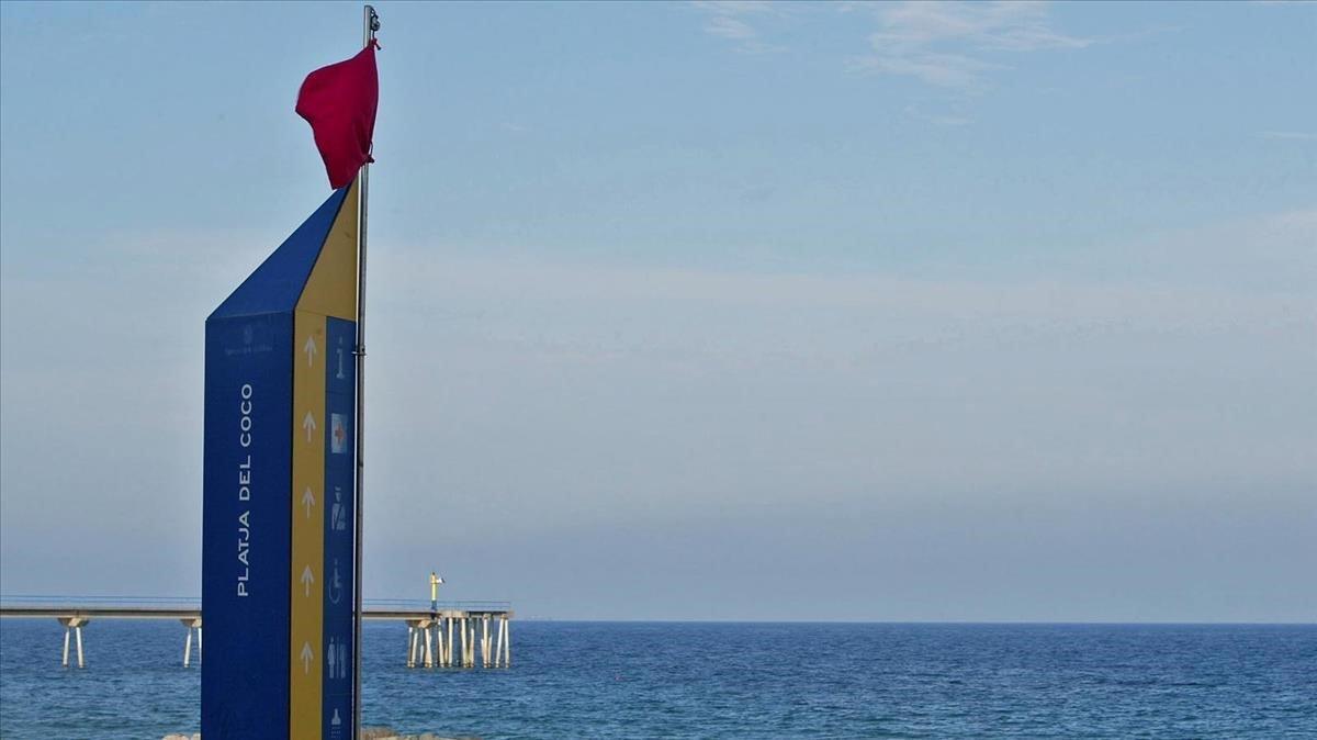 Una playa de Badalona con bandera roja, en una imagen de archivo