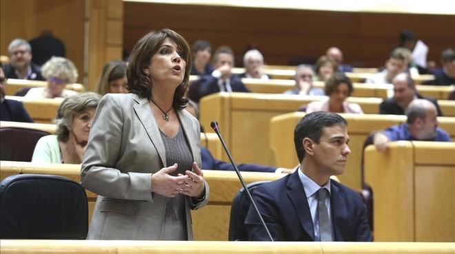 La ministra de Justicia, Dolores Delgado, junto a Pedro Sánchez en la sesión de control al Gobierno en el Senado.