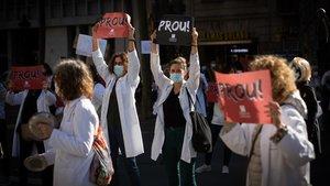 Médicos de cabecera en huelga protestan este martes ante la sede de Salut, en la Gran Via de Barcelona.
