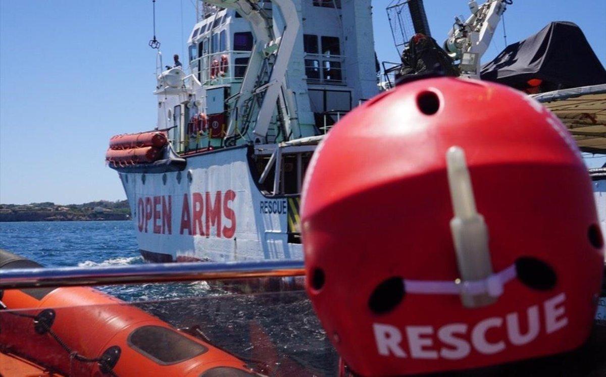 Uno de los miembros de Open Arms llega al buque de salvamento de la oenegé.