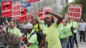 Unos funcionarios protestan en Nueva York contra una sentencia del Tribunal Supremo que perjudica a los sindicatos.