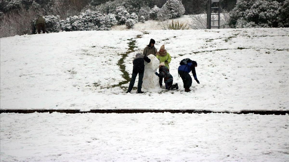 Unos niños juegan en el Parc Catalunya de Sabadell.