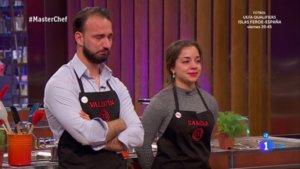 Valentín y Samira conociendo el veredicto deljurado en las cocinas de 'Masterchef'.