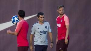 Valverde junto a Messi y Rakitic en el entrenamiento de este lunes.