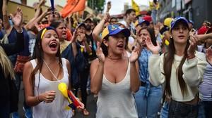 Varias jóvenes gritan consignas contra el presidente Maduro, en Los Teques (Estado de Miranda, Venezuela).AFP / RONALDO SCHEMIDT