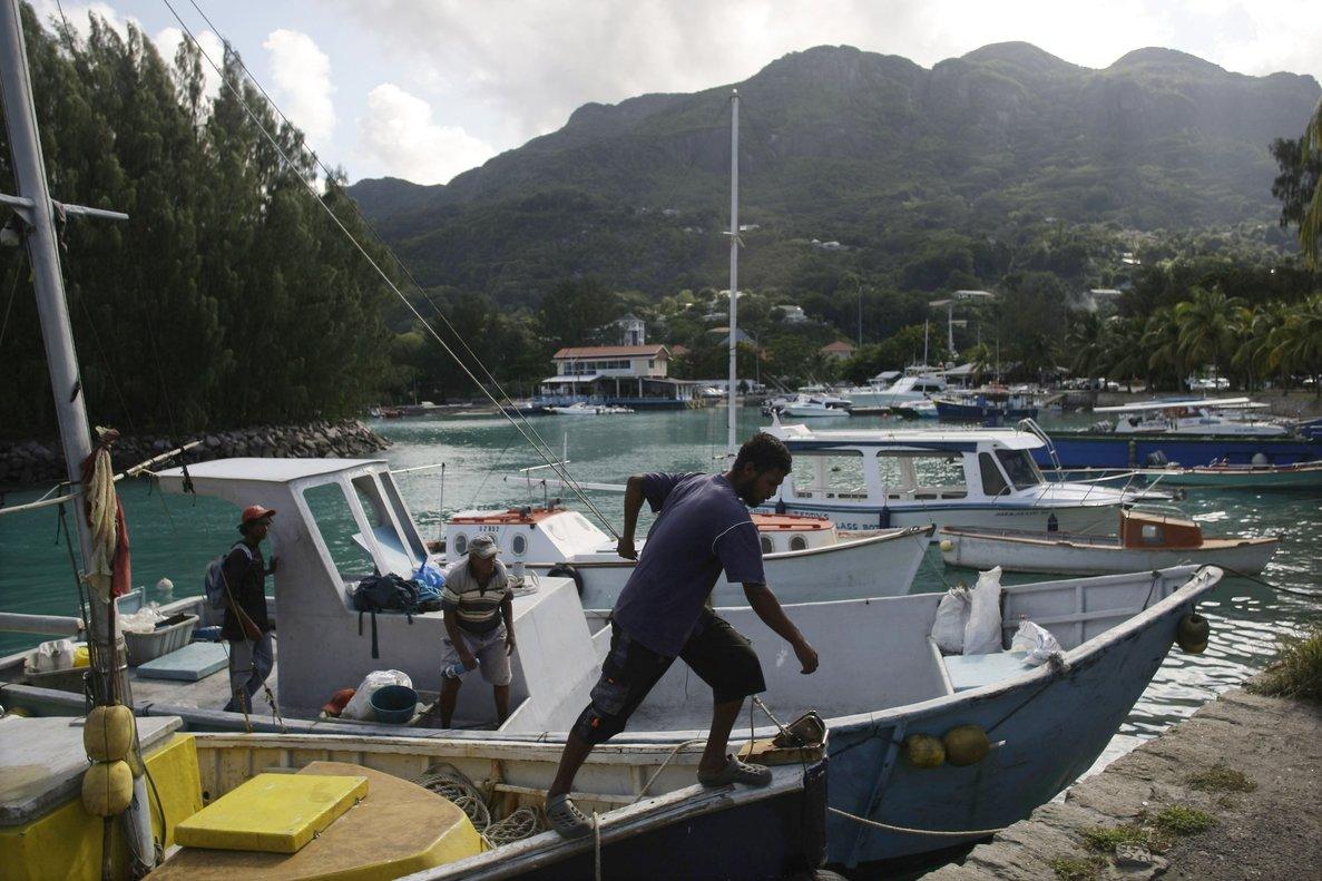 Unos pescadores atracan en Port Victoria,enla isla de Mahe,que formaparte del archipiélago de las Seychelles.