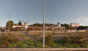 Vista dels de la carretera B-23 de la fachada del histórico restaurante Tres Molinos, en Esplugues.