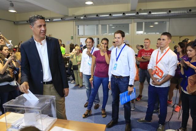 Xavier García Albiol deposita su voto en el colegio Lola Anglada de Badalona.