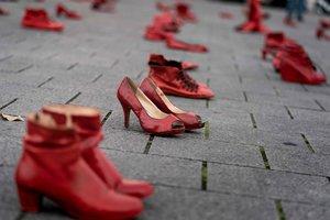Zapatos rojos por las víctimas de la violencia machista, en una protesta en Bruselas.
