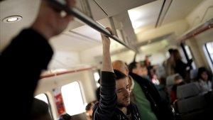 Usuarios de un tren de Cercanías en Madrid.