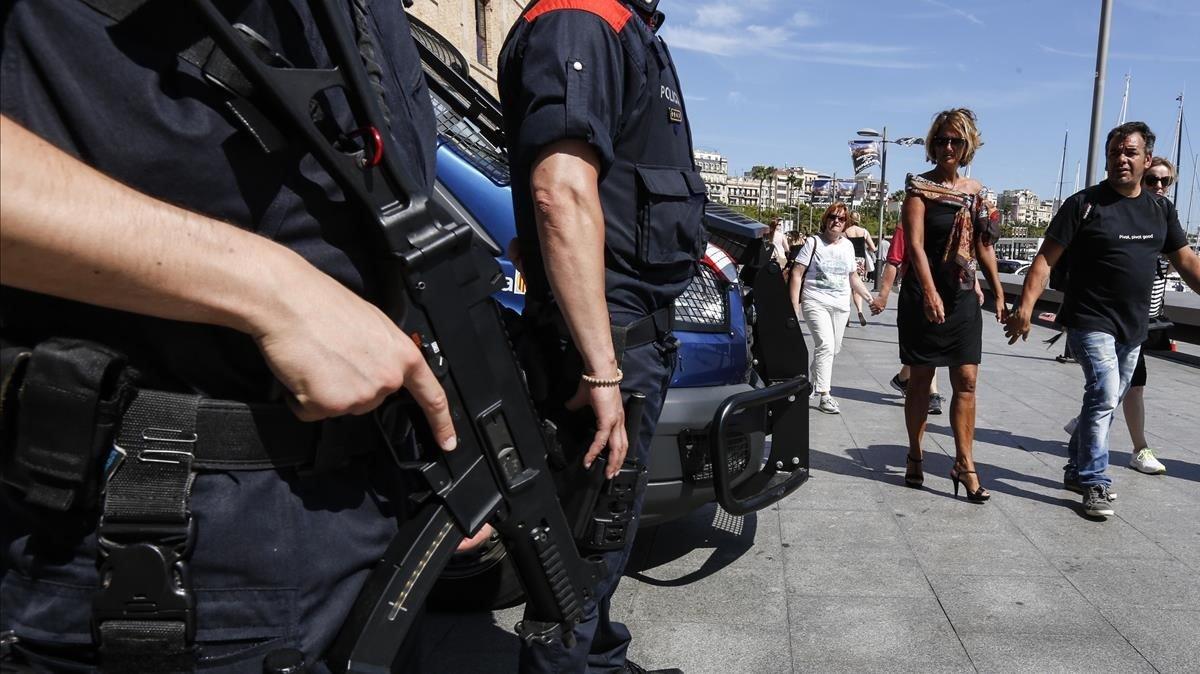 Agentes de los Mossos d'Esquadra en tareas de vigilancia enla Barceloneta.