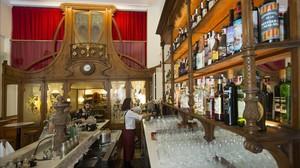 En primer plano, el mostrador de marmo de época; y al fondo la mampara modernista del Bar Muy Buenas.