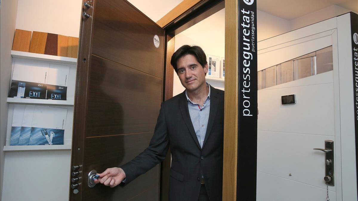 Andreu Maldonado, heredero ygerente de la tienda de cerraduras que montó su padre.