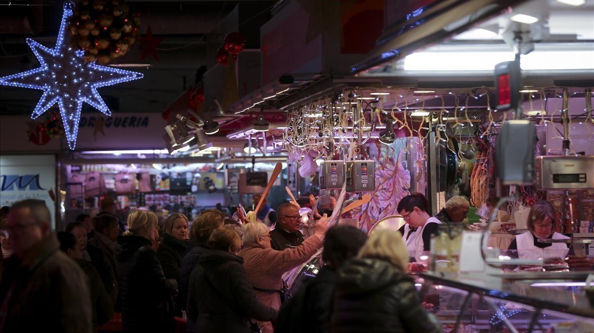Afluencia de compradores en el mercado de la Mercè, en Nou Barris.