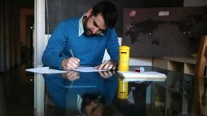Jaime Rodríguez, el fundador de Esquinas Rojas, escribe una carta a Alexis. Se la ha encargadouna chica quequiere agradecerleque la ayudaracuando llegó a la isla.