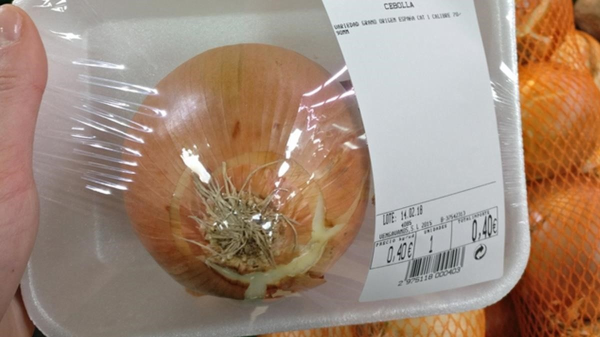 Cebolla envasada, con la etiqueta del pasado14 de febrero.
