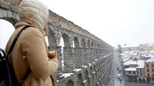 El acueducto de Segovia nevado, este sábado.