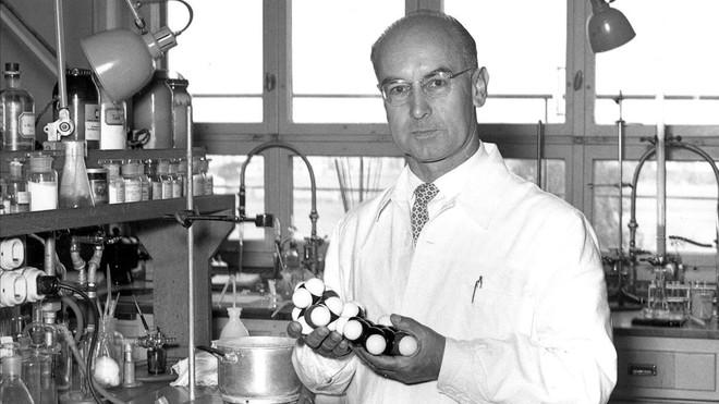 Albert Hofmann, con una reproducción de la molécula del LSD, en los laboratorios Sandoz.