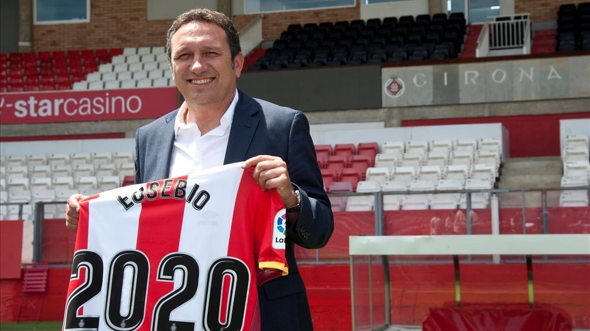Eusebio Sacristán muestra la camiseta con su nombre y compromiso con el Girona.