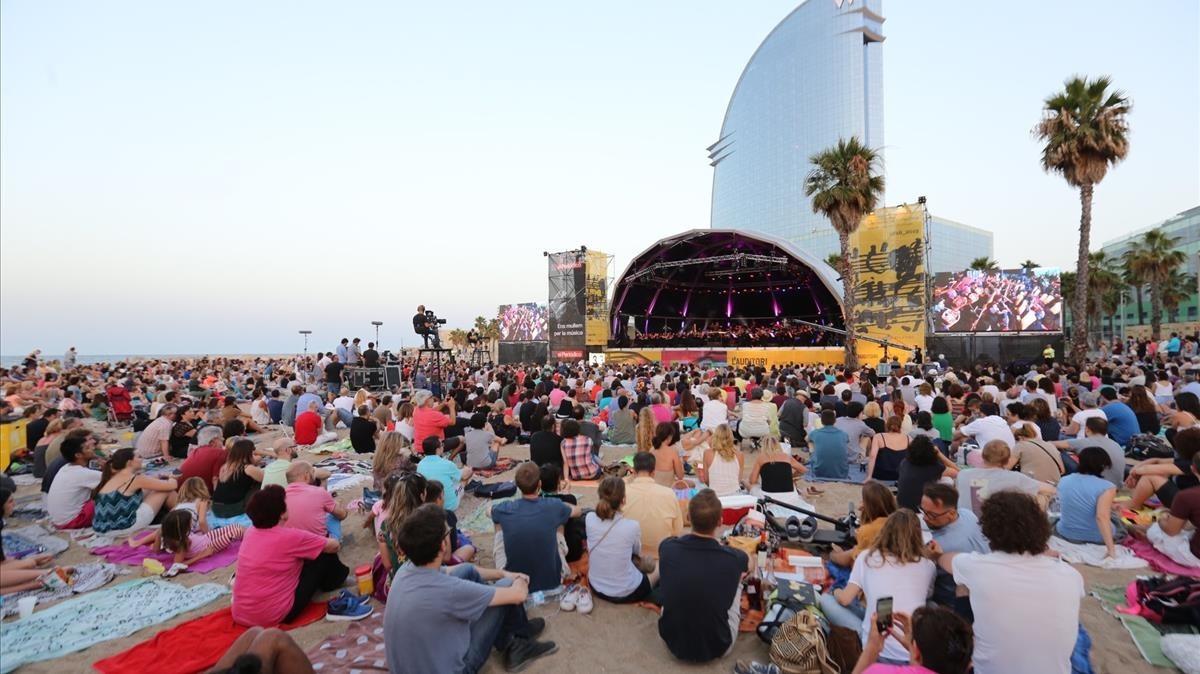 Actuación de la OBC en la playa de SantSebastià, ayer.