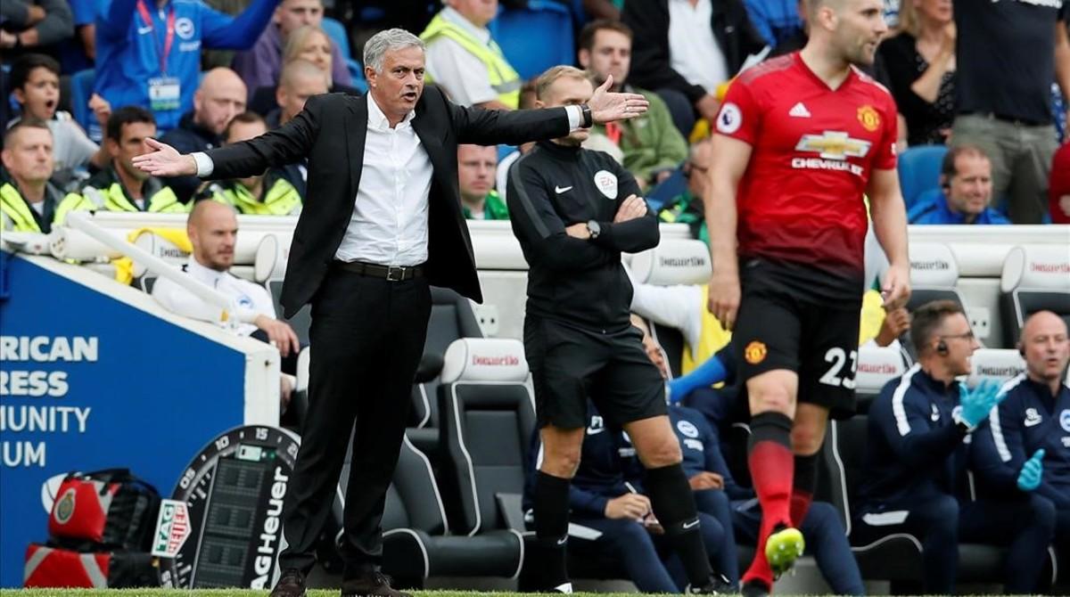 Mourinho se desespera durante el partido entre el Manchester United y el Brighton.