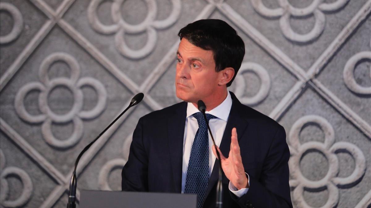 Manuel Valls, con un panot de telón de fondo que probablemente le acompañará toda la campaña.