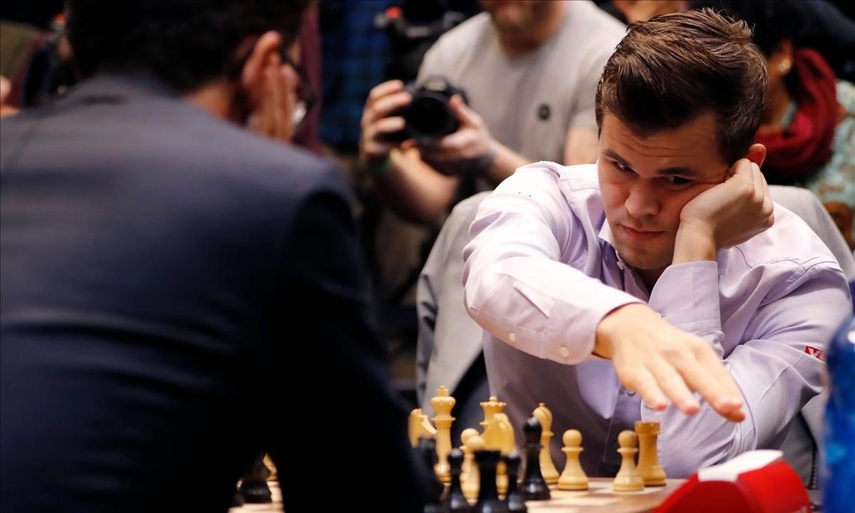 Magnus Carlsen y Fabiano Caruana (de espaldas) durante el desempate o 'tie-break' a partidas rápidas del Mundial de Londres.