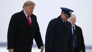 Donald Trump, a su llegada a su residencia de verano en el Air Force One, este viernes.