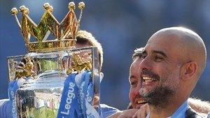 Pep Guardiola, con el trofeo de la Premier League que ha ganado esta temporada con el Manchester City.
