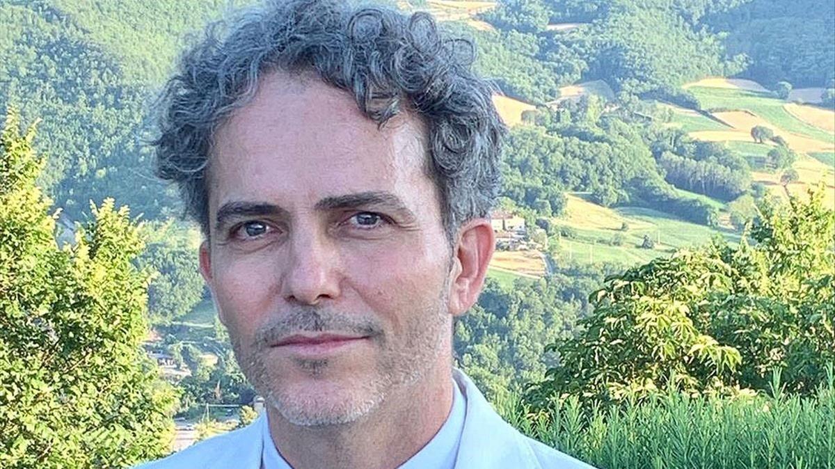 El pintor Pepe Moll de Alba, con el Monte Santa Maria Tiberina al fondo.