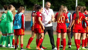 El seleccionador español de la sub-19 femenina Pedro López felicita a sus jugadoras tras la victoria frente a Bélgica.