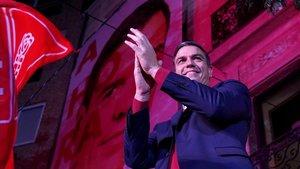 Pedro Sánchez celebrando la victoria con los simpatizantes socialistas, en los exteriores de la sede del PSOE.