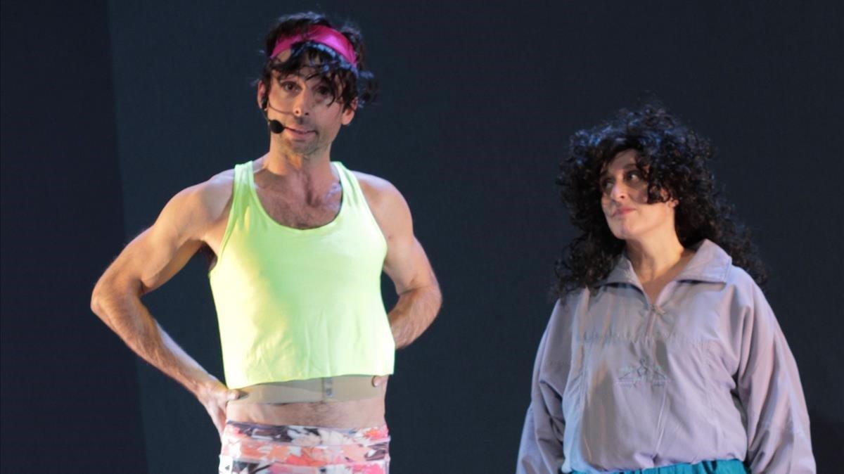 Bruno Oro y Clara Segura, en la escena del gimnasio de 'Cobertura', rescatada de su serie humorística de TV-3 'Vinagre'.