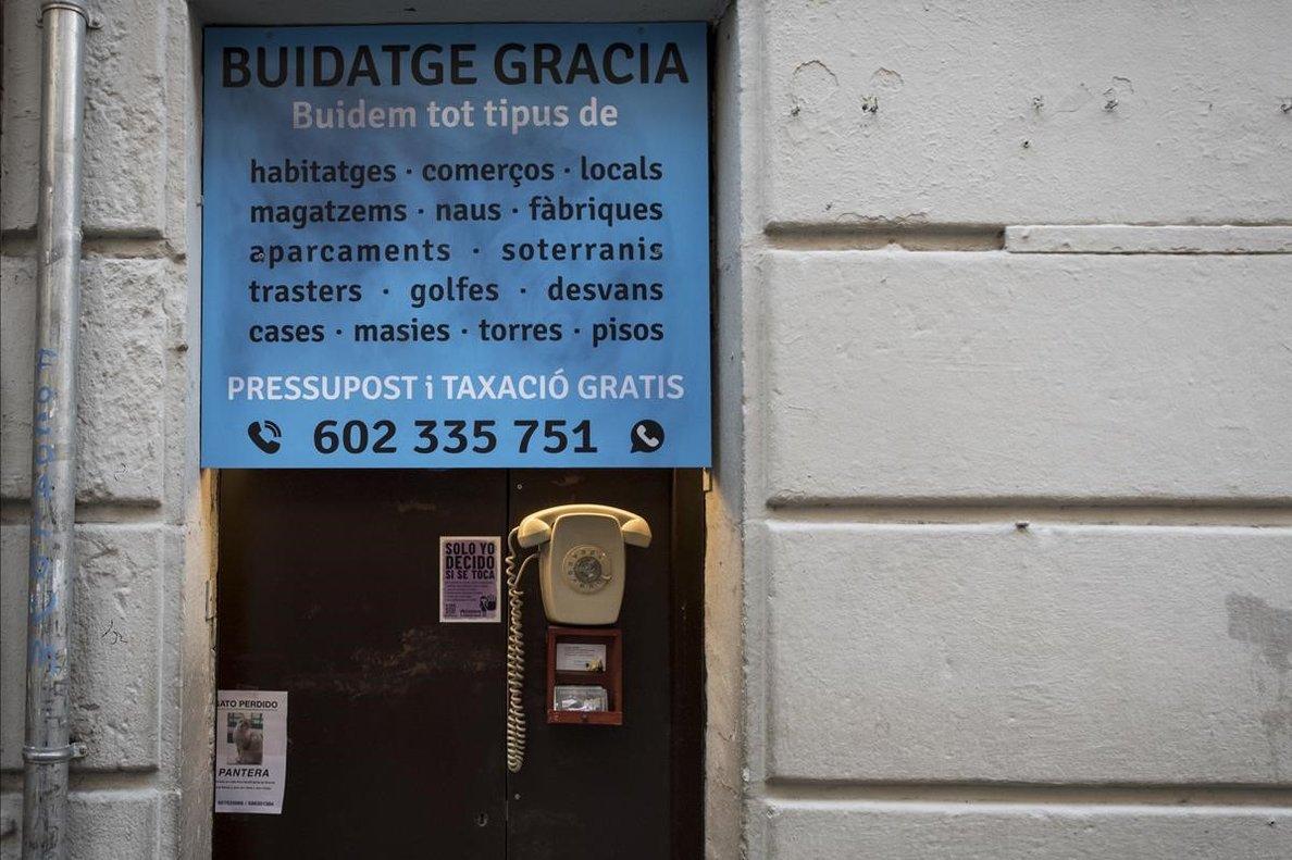 El teléfono en la puerta de Buidatge Gràcia, en Verdi, la semana pasada.