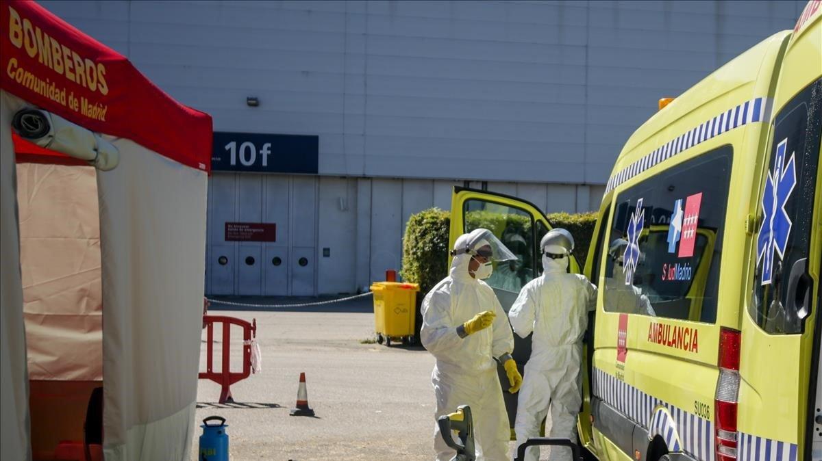 Bomberos de la Comunidad de Madrid desinfectan ambulancias del SAMUR utilizadas para trasladar a pacientes con covid-19 al recinto de IFEMA