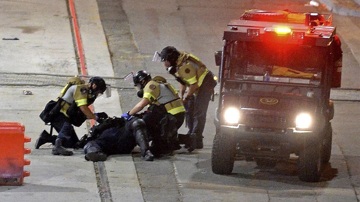 Agentes atienden a un oficial herido del Departamento de Policía de Charlotte-Mecklenburg.
