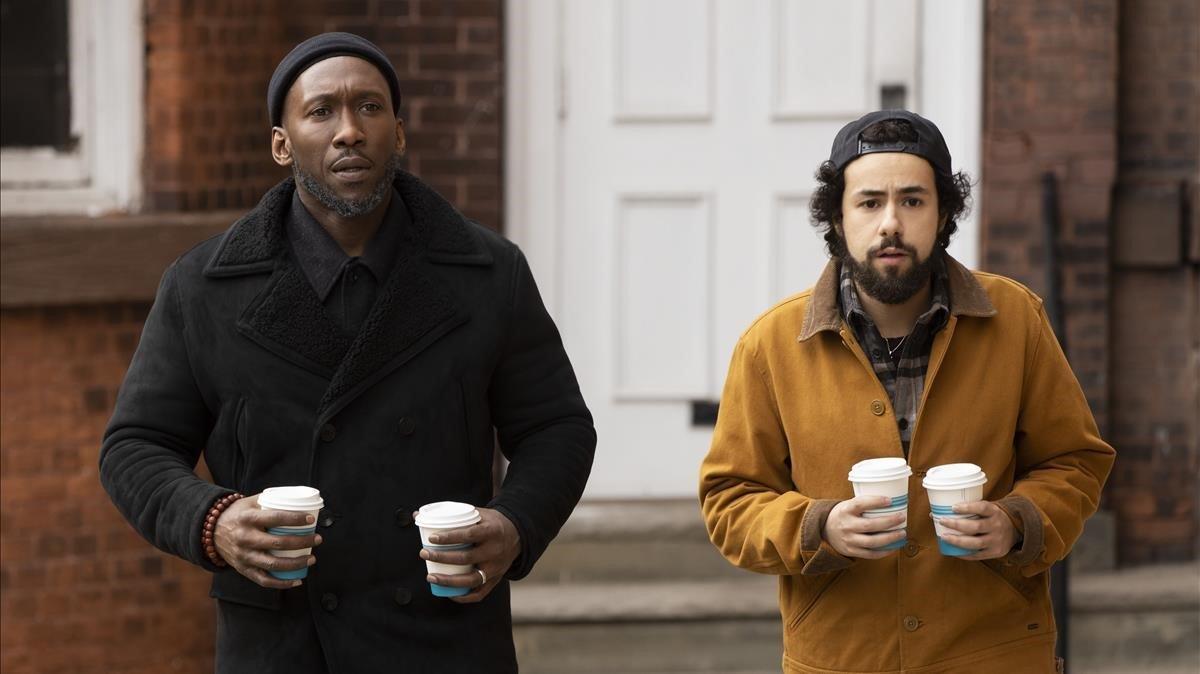Mahershala Ali y Ramy Youssef enla segunda temporada de 'Ramy'.